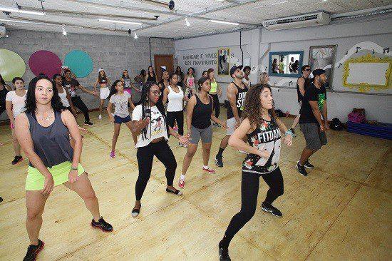 Ford coloca funcionários para dançar