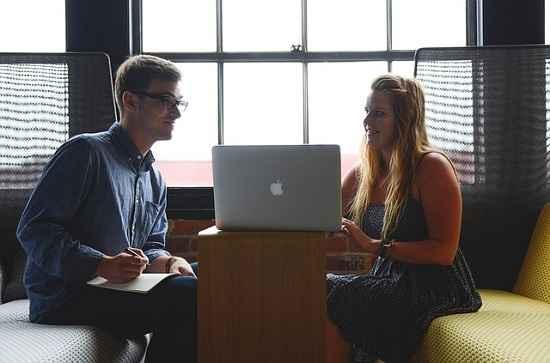 Homens e mulheres vivenciam experiências diferentes no trabalho
