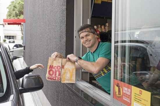 Presidente do McDonald's deixa o escritório e trabalha em restaurante