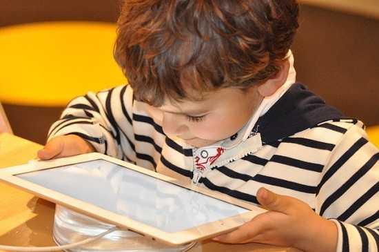 Muito tempo de tela prejudica a visão das crianças?