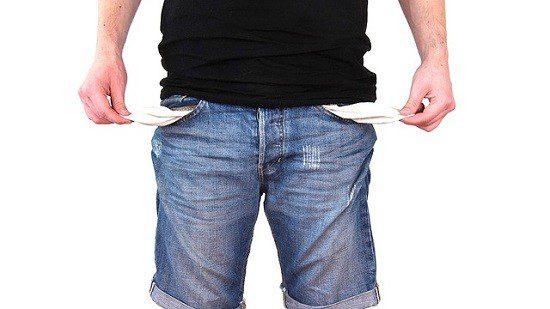Brasileiros possuem pelo menos metade da renda mensal comprometida com dívidas