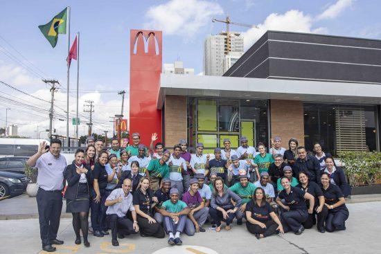 Photo of McDonald's opera quatro restaurantes somente com equipe composta por PCDs
