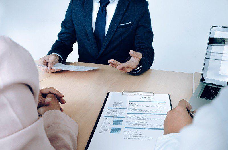 Mentir no currículo pode eliminar candidato de um processo seletivo
