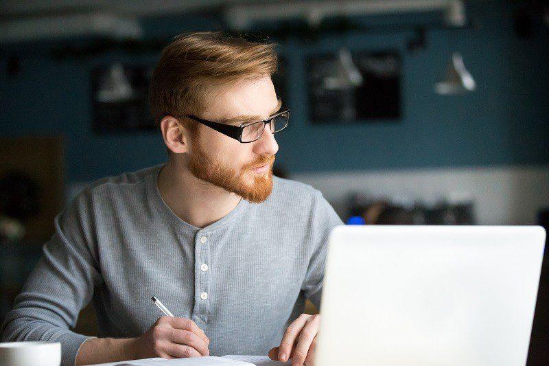 Falta no trabalho: saiba quando a ausência justificada é válida para empresa