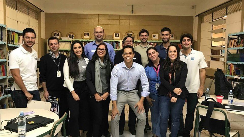 Funcionários voluntários da PPG orientam jovens sobre educação financeira