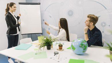 Como o ambiente pode influenciar a produtividade e o humor no trabalho?