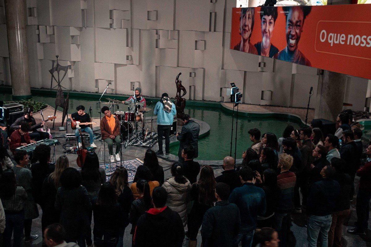 Itaú surpreende seus colaboradores de SP com show da cantora Mahmundi